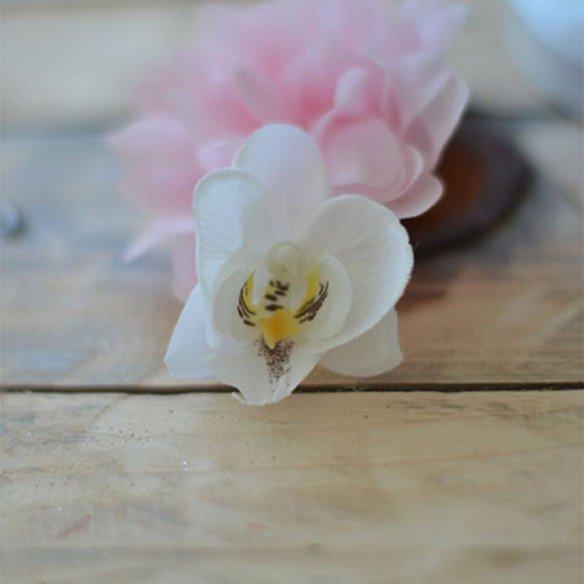 Fleuron d'orchidées blanc coeur jaune pale